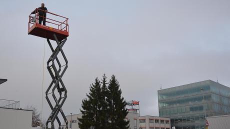 Mit einer Hebebühne wurden bei einem Ortstermin die Höhe des Wohnheims verdeutlicht, das die Lebenshilfe Donau-Iller plant.