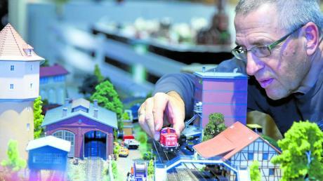 28 Tage lang drehen Züge in verschiedenen Maßstäben ihre Runden auf den Modellanlagen bei Möbel Inhofer. Roland Reisner (hier im Bild) hat die beliebte Ausstellung organisiert.