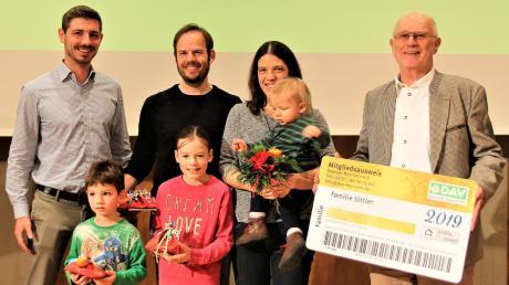 Das 9000. Mitglied, das in diesem Jahr bei der Sektion Neu-Ulm des Deutschen Alpenvereins begrüßt wurde, ist nicht nur eine Person, sondern die fünfköpfige Familie Jüttler. Rechts der Neu-Ulmer Vorsitzende Dieter Danks, links Geschäftsführer Moritz Kaltenbacher, der dieses Jahr sein Amt antrat.