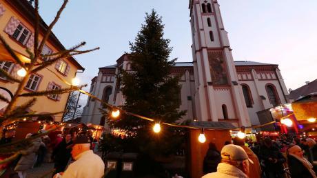 Der Nikolausmarkt in Weißenhorn lockt immer zahlreiche Besucher aus der Region an. Er findet ab Donnerstag auf dem hübsch beleuchteten Kirchplatz statt.