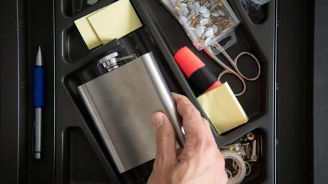 Der Flachmann in der Schublade: Selbst am Arbeitsplatz trinken Suchtkranke Alkohol und sind dabei einfallsreich.
