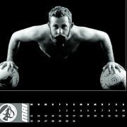 Als Rechtsverteidiger hat Simon Krumpschmied den Ball normalerweise am Fuß. Für den Kalender der SGM Aufheim/Holzschwang hat er eine Ausnahme gemacht.