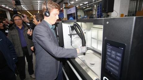 Christian von Burg (Firma Sintratec) führt den 3-D-Drucker vor. Die Teile entsprechen den von Daimler vorgegebenen Produktionsstandards. Statt mehrere Monate dauert die Produktion und Auslieferung eines 3-D-Druckteils nur ein paar Tage.