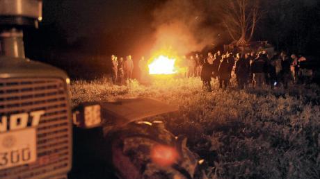 """Ungefähr 70 Teilnehmer sind am Samstagabend zu einem Mahnfeuer bei Senden gekommen. An insgesamt rund 150 Orten in ganz Deutschland hatten sich Bauern zusammengefunden, organisiert im Netzwerk """"Land schafft Verbindung""""."""