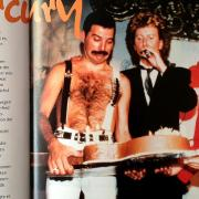 """Mercury erhält von den """"Aquarium""""-Gastgebern Gary Lottermoser und Manfred Zau ter (rechts) eine Torte in Form einer großen Gitarre."""