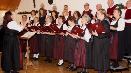 Unter der Leitung von Martina Guther präsentierte die Chorgemeinschaft Finningen allerlei Weihnachtliches.