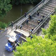 Der Aufbau der Esslinger Behelfsbrücke im Juli.