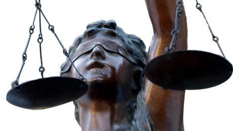 Ein Sachverständiger sagt vor Gericht aus.