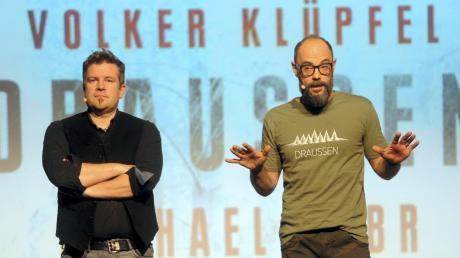"""Mit seinem Kommissar Kluftinger hat das Autorenduo Michael Kobr (links) und Volker Klüpfl zahlreiche Bestseller geschrieben. Jüngst präsentierten die beiden Allgäuer mit """"Draußen"""" im Ulmer Roxy einen Thriller."""
