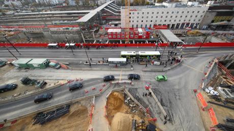 Jetzt ist es entschieden: Die Friedrich-Ebert-Straße bleibt einspurig gesperrt, bis alle Arbeiten rund um den Hauptbahnhof abgeschlossen sind. Das ist bis voraussichtlich Herbst 2022 der Fall.