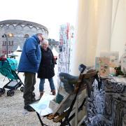 """Die Erwartungen an den """"Winter auf der Burg"""" sind groß. Am Donnerstag war Auftakt beim ersten solchen Markt auf der Wilhelmsburg."""