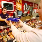 So soll der Plastikmüll weniger werden: Bei der Metzgerei Schmid im Rewe-Markt in der Glacis-Galerie gibt es ab Januar gegen eine Pfandgebühr spezielle Frischeboxen für den Fleisch- und Wursteinkauf. Geschäftsführerin Cornelia Schmid (links) will den Verpackungsabfall dadurch um bis zu 60 Prozent reduzieren.