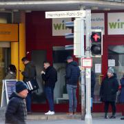 Zu bestimmten Zeiten ein gewohnter Anblick: Kunden stehen an der Postbank-Filiale in der Gartenstraße in Neu-Ulm Schlange. Auch in Ulm ärgern sich viele Bürger über lange Wartezeiten bei der Paketausgabe. Dort hat die Deutsche Post inzwischen auf die Beschwerden reagiert.