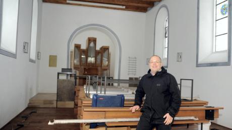 Noch müssen die Kirchenbänke an ihren Plätzen angebracht werden. Pfarrer Tobias Praetorius freut sich, dass im Gotteshaus wieder Leben einkehrt.