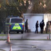Mehrere Polizisten suchten am Sonntag an Straßen und in Garagen in Ludwigsfeld und Schwaighofen. Bereits in der Nacht waren einige Einsatzfahrzeuge aus München in der Region präsent – die Hintergründe sind bislang völlig unklar.