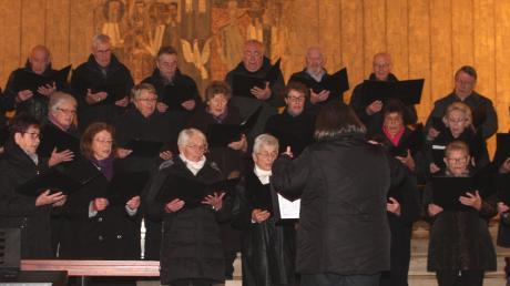Der gemischte Chor des Gesangvereins Burlafingen beim Weihnachtskonzert in der Kirche St. Konrad.