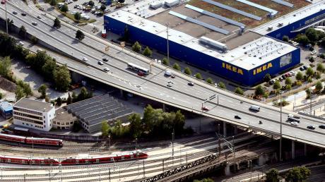 Die Wallstraßenbrücke führt vom Blaubeurer Ring aus über die Bahngleise stadtauswärts nach Norden.