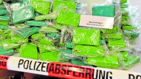 An die 500 Kilogramm Kokain hat die Polizei bei ihrem Großeinsatz in Neu-Ulm sichergestellt. Sechs Tatverdächtige wurden festgenommen, einer war am Dienstag noch auf der Flucht.
