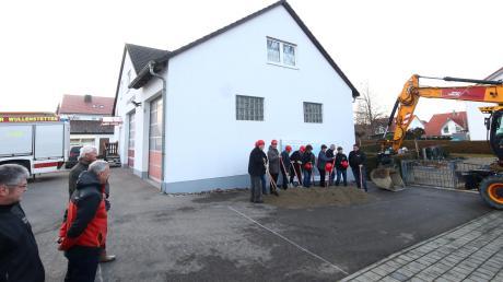 Aufstellung für den geplanten Spatenstich: Dort wo auf dem Bild der Erdhaufen lieg, soll nächstes Jahr ein Anbau an das Feuerwehrgerätehaus Wullenstetten entstehen.