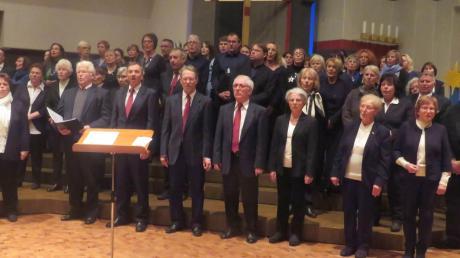 """Frauen und Männer vom traditionellen Singverein Pfuhl und der junge Chor """"Vocalica"""" sangen gemeinsam mit ihrem Publikum """"Stille Nacht""""."""