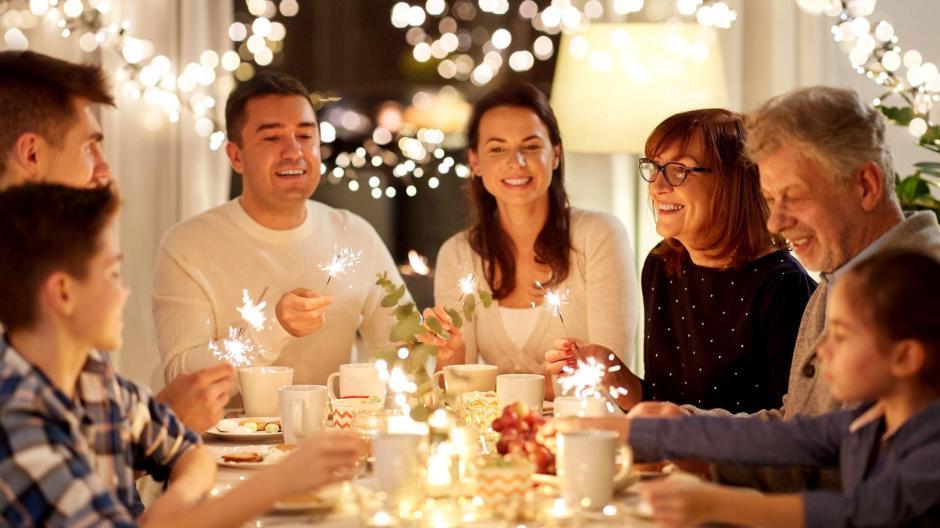 Wenn an Weihnachten viele Menschen zusammenkommen, könnte sich das Coronavirus schneller ausbreiten.