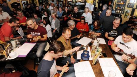 Vier Akkorde für ein Halleluja im Fiddler's Green: Zahlreiche Musiker sind zum Ukulele-Mitmachkonzert gekommen. Florian, Simone, Thomas und Theresia kamen als das offizielle Ukuleleorchester Nersingen (rechts unten).