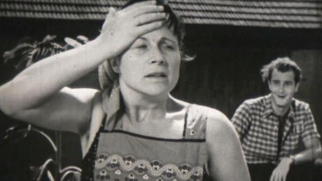 """Eine Szene aus dem Film """"Ein Dorf spielt mit"""" mit Erika Wackernagel und Herbert Paschat. Er wird in der Produktion """"um Ulm herum..."""" mit Aufnahmen von besonderen Orten und Menschen aus der Region kombiniert."""