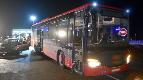 Bei einem Verkehrsunfall mit einem Linienbus bei Neu-Ulm wurden zwei Menschen verletzt.