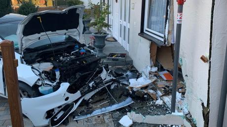 Ein Auto hat eine Hauswand in Ludwigsfeld durchbrochen.