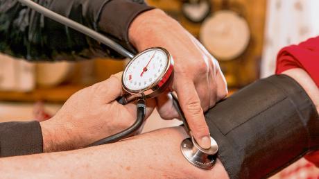 Der zunehmende Ärztemangel lässt bei Medizinern und Patienten den Blutdruck steigen. Denn die Ärzte geraten immer mehr an ihre Belastungsgrenzen und die Bürger tun sich immer schwerer, als Neupatienten bei einem Arzt überhaupt noch aufgenommen zu werden.
