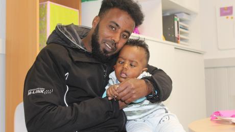 Janaale Ibrahim und seine Kinder suchen eine Wohnung – bislang vergeblich. Integrationsberater Daniel Sperl unterstützt die Familie.