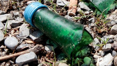 Mit abgebrochenen Glasflaschen sollen junge Erwachsene auf eine Gruppe junger Fußballspieler auf dem Sportplatz in Nassenfels losgegangen sein.