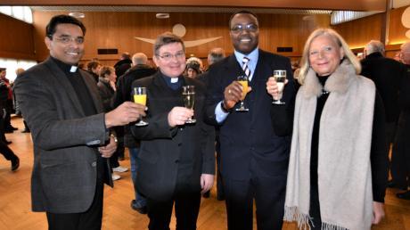 Pater Rejimon Francis, Pfarrer Waldemar Obrebski, Kirchengemeinderatsvorsitzender Theophile Gaba-Dovi und Verwaltungsleiterin Margit Schein.