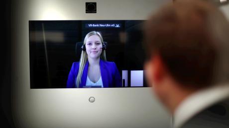 In ihrer Filiale in Ludwigsfeld bietet die VR-Bank Neu-Ulm jetzt Beratung in Echtzeit per Video an. Die Mitarbeiter sitzen nicht in einem anonymen Callcenter, sondern im Verwaltungsgebäude der Bank in Weißenhorn.