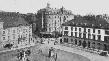 Der Bahnhofsplatz nach Südosten mit dem Bahnhof-Hotel, dem Münster-Hotel und dem Russischen Hof (von links). Das Foto stammt von einer historischen Ansichtskarte.