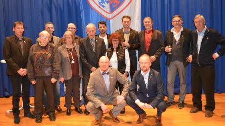 Der Fußballverein Ay ehrte bei seiner Jahresfeier in der Turn- und Festhalle Ay zahlreiche Mitglieder.