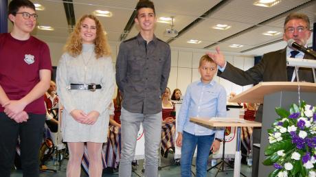 Sportlich erfolgreichen Jugendlichen hat Bürgermeister Josef Walz beim Neujahrsempfang zu ihren Leistungen gratuliert: (von links) Johannes Rueß, Alicia Mayer, Moritz Groll und Matteo Schall.