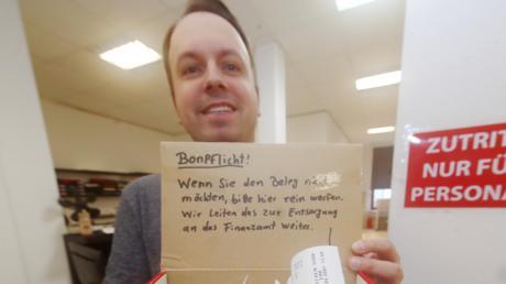 Michael Grössl vom Kopierland in Ulm frustriert die neue Kassenbonpflicht. Im Copyshop hat er deshalb eine Kiste aufgestellt, in die Kunden ihre Belege schmeißen können. Den Inhalt schickt Grössl dann zur Entsorgung ans Finanzamt.