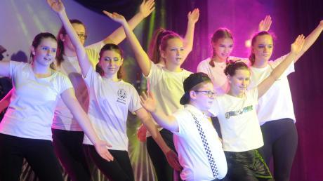 Spaß gab es für alle, ob Nachwuchstruppe, wie hier das Kinderprinzenpaar mit der Teenagergarde, oder routinierte Musiker und Tänzer.