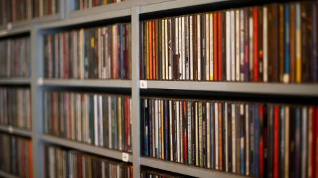 Ein Bild, das vielleicht der Vergangenheit angehört: ein volles CD-Regal in einer Bücherei. Viele Bibliotheken, auch in Weißenhorn und in Ulm, wollen ihre Kunden nun eine Mitgliedschaft mit Musik-Streaming-Angeboten schmackhaft machen.
