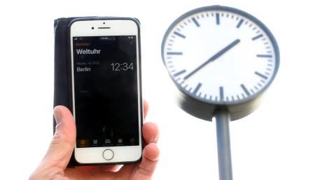 Offizielle Zeitumstellung war vor 80 Tagen, doch diese Uhr am Neu-Ulmer Bahnhof zeigt immer noch Sommerzeit an.