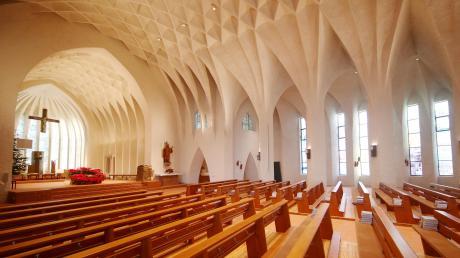 Nach der Sanierung wirkt der Innenraum der Stadtpfarrkirche St. Johann Baptist in Neu-Ulm viel heller als zuvor. Das gefällt auch den Gottesdienstbesuchern, wie Stadtpfarrer Karl Klein berichtet.