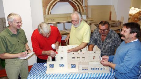 Thomas Kempf, Dieter Kühlinger, Herbert Kempf, Siegbert Stöhr und Herbert Walk (von links) bauen gemeinsam im Format 1:25 den Vöhringer Bahnhof nach.