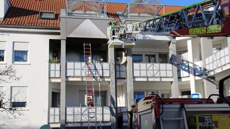 In Senden hat am Mittwoch ein Balkon gebrannt. Die Feuerwehr untersuchte von einer Drehleiter, ob das Feuer auf den Dachstuhl übergriff.