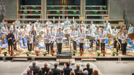 Hinter dem sinfonischen Blasorchester des Heeresmusikkorps Ulm liegen turbulente Monate. Nicht nur, dass gleich zwei neue Dirigenten die Leitung übernahmen. Zudem formierte sich Protest gegen die Auftritte des Heeresmusikkorps Ulm. Vor allem Kirchenkonzerte im Advent, kritisierte eine Gruppe von Aktivisten.