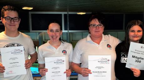 Ehrungen bei der Wasserwacht Elchingen: (von links) Felix Mehling und Amrei Duckek wurden für zehnjährige Mitgliedschaft ausgezeichnet, Renate Müller ist bereits seit 40 Jahren dabei. Laura Lehmann ist das 300. Mitglied.
