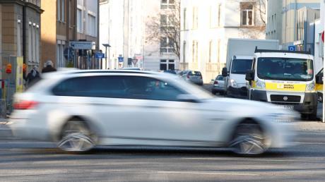 Mit hoher Geschwindigkeit soll ein heute 26-Jähriger durch die Ulmer Gegend gefahren sein, mit dabei seine Ex-Freundin als Geisel.