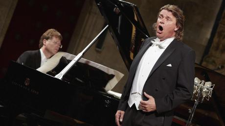 So kennt man den Tenor Klaus Florian Vogt: Üblicherweise begleitet ihn ein Klavier oder ein Sinfonieorchester bei Konzerten und oft genug steht er im Kostüm auf der Opernbühne. Gelegentlich tritt er aber auch mit sinfonischen Blasorchestern auf – zum Beispiel beim Bläserkongress in Neu-Ulm.
