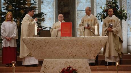Festgottesdienst in St. Johann Baptist (von links): Pfarrer Karl Klein, Diözesanadministrator Bertram Meier, Markus Mattes und Kaplan Andreas Schmid.