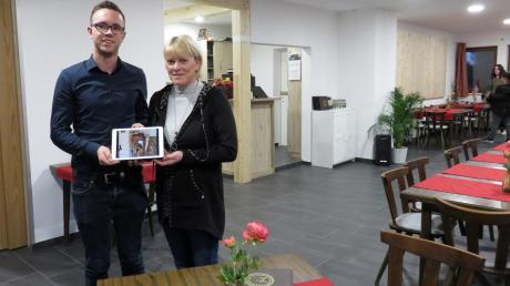 Lars und Roswitha Barwan im Vereinsheim des FV Gerlenhofen. Die Gaststätte wurde von Mitgliedern von Grund auf in ehrenamtlicher Arbeit und durch Spendengelder saniert.